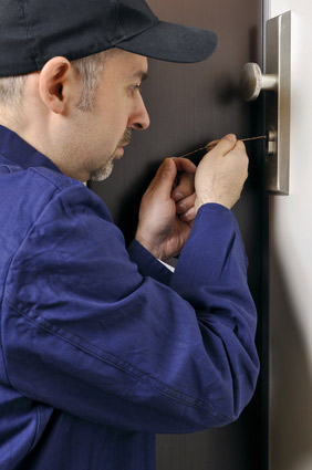 Mechanic for locksmith Frankfurt at work